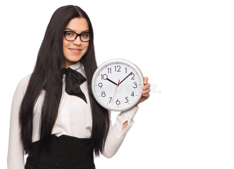 Intelligente kaukasische Geschäftsfrau in der formellen Kleidung, die Uhr isola hält lizenzfreie stockbilder