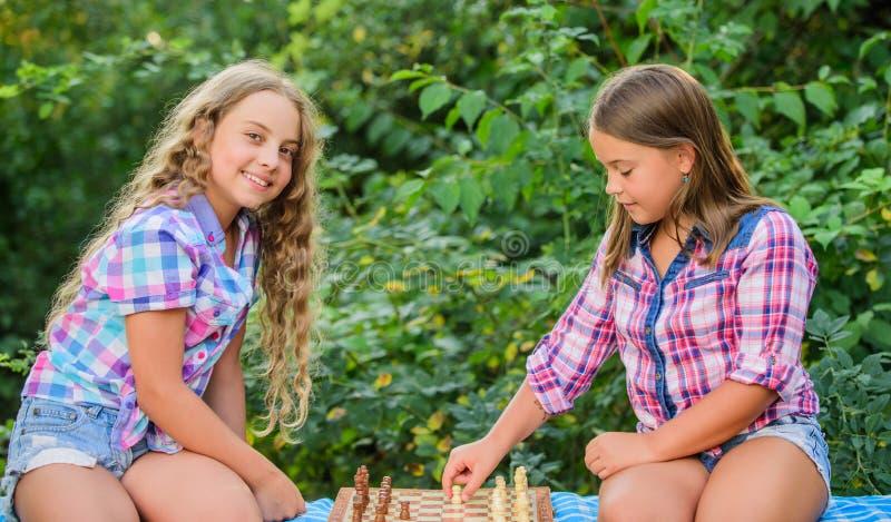 Intelligente Kinder Frühkindliche Entwicklung Geistiges Spiel Denken Sie besser Kinder spielen Schach im Freien stockbilder