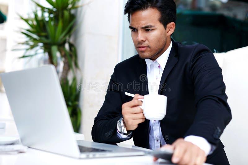 Intelligente Mannlesenachrichten auf Computer stockfotografie