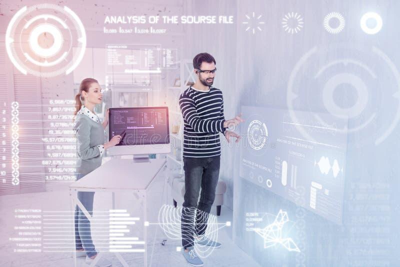 Intelligente Programmierer, die virtuelle Realität beim Arbeiten verwenden stockfoto