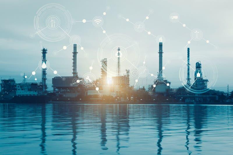 Intelligente Raffineriefabrik und drahtloses Kommunikationsnetz, Ikonen des körperlichen Systems stellen auf industrielle Fabrik  stockfotografie