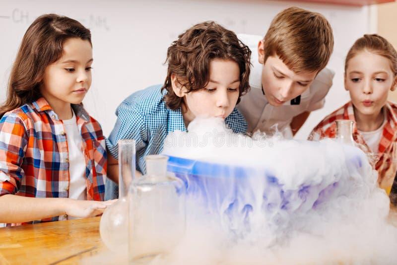 Intelligente slimme kinderen die wetenschaps van les genieten royalty-vrije stock foto's