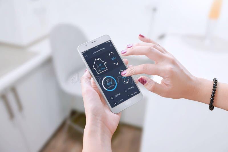 Intelligente Software, damit tragbares Gerät Wohnungsparameter steuert lizenzfreie stockbilder