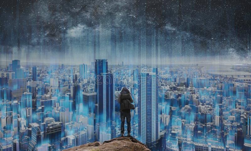 Intelligente Stadt und Technologie, eine Mannstellung auf Felsen mit futuristischer moderner intelligenter Stadtwolkenkratzeransi stockfotografie