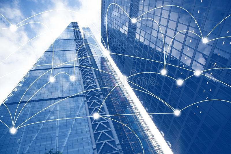 Intelligente Stadt- und Verbindungslinien Internet-Konzept des globalen Gesch?fts, Wolkenkratzer lizenzfreies stockbild