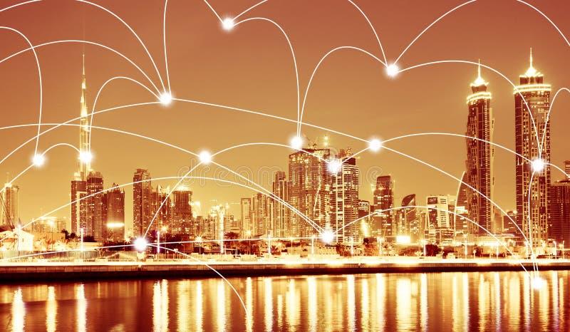 Intelligente Stadt- und Verbindungslinien Internet-Konzept von im Stadtzentrum gelegenen Wolkenkratzern und von Burj Khalifa des  lizenzfreies stockbild