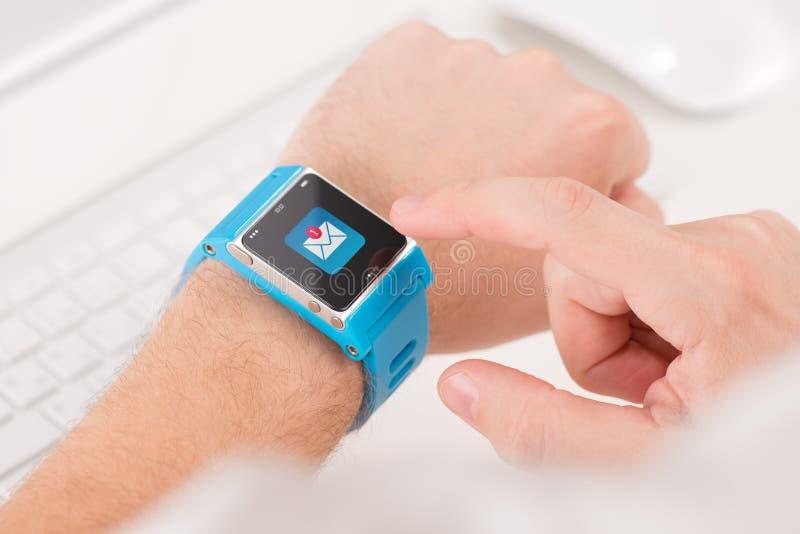 Intelligente Uhr auf männlicher Hand mit neuer ungelesener Mitteilung stockfotografie