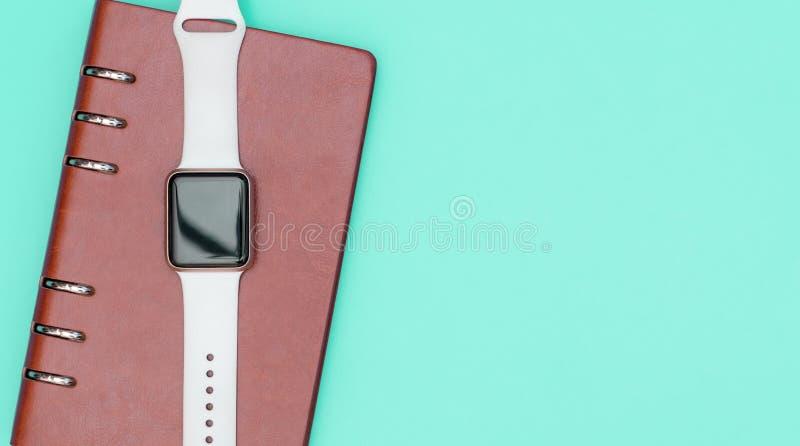 Intelligente Uhr auf Notizbuch Konzept mit Knickentenkopienraum organisieren lizenzfreie stockfotos