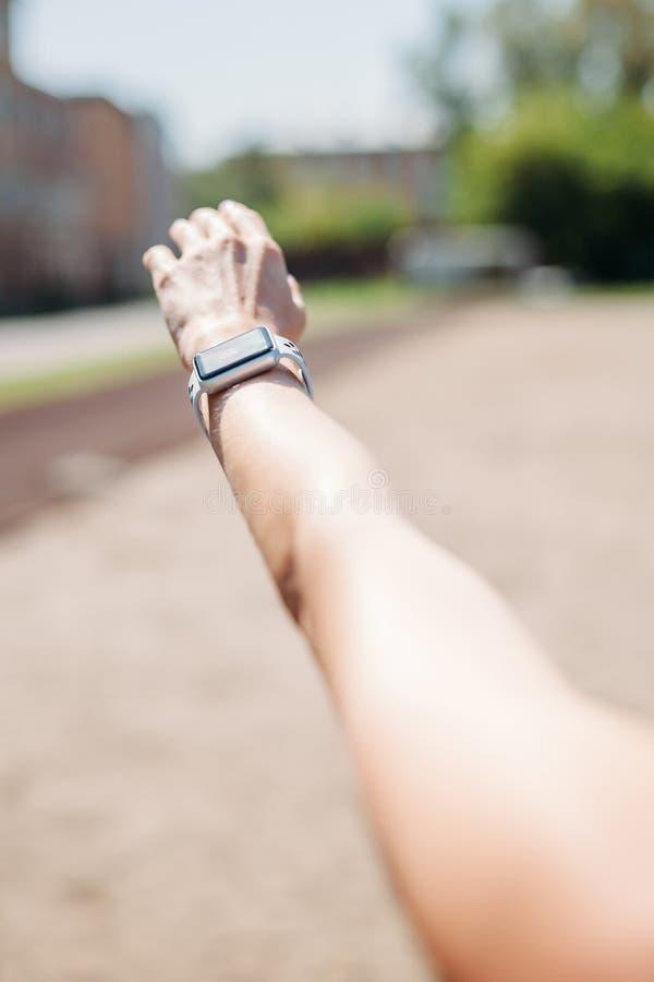 Intelligente Uhr auf zur Schau tragender intelligenter Uhrgesundheit des Mädchenhandgelenkes, Herzfrequenz und fetter Brandüberwa stockbild