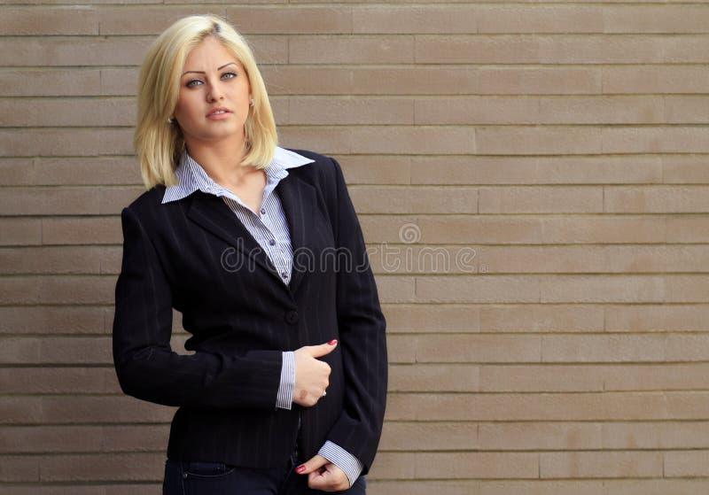 Intelligente zufällige Frau lizenzfreie stockfotos