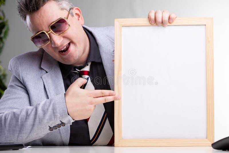 Intelligenter erfolgreicher Mann, der auf eine leere Mitteilung zeigt stockfotografie