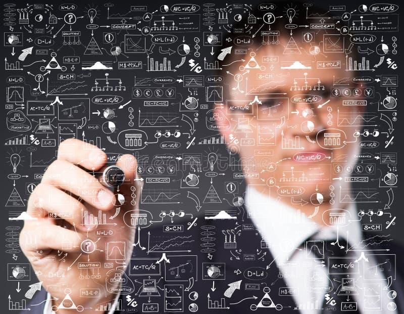 Intelligenter Geschäftsmann, der eingebildeten Text schreibt stockbilder