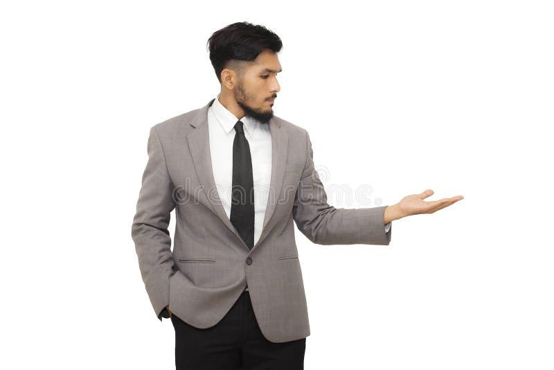 Intelligenter Geschäftsmann, der Ihr Produkt darstellt lizenzfreies stockbild