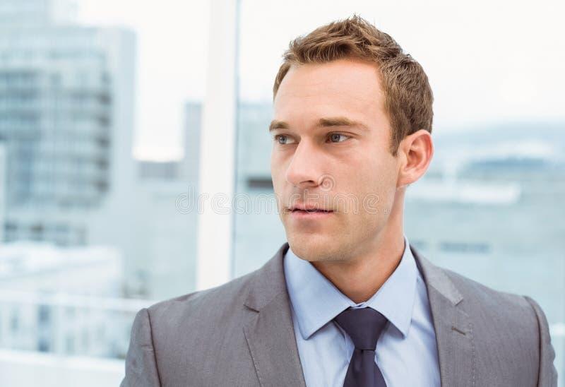 Intelligenter junger Geschäftsmann in der Klage lizenzfreies stockfoto