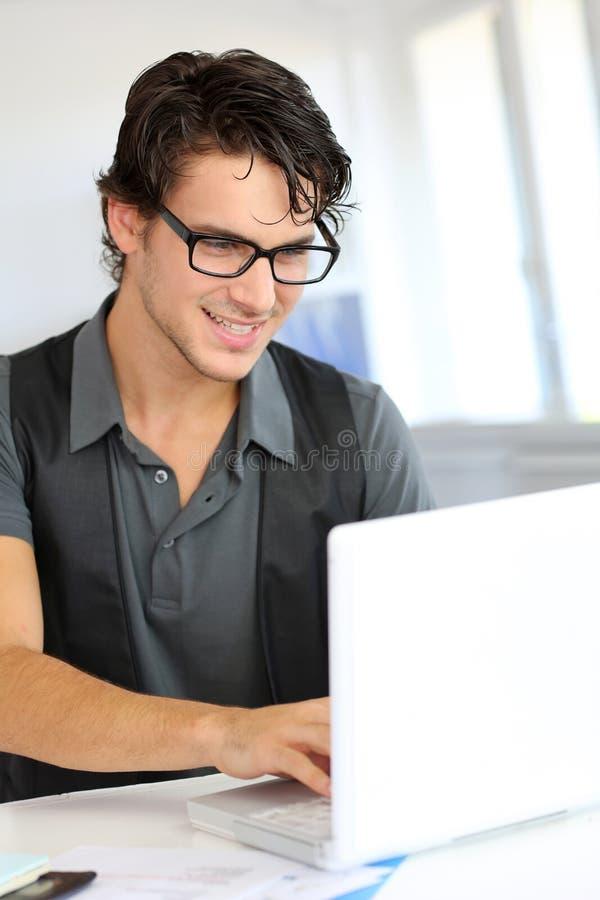 Intelligenter Kerl im Büro stockfotografie