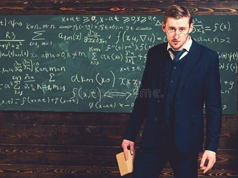 Intelligenter Mann in der Klage und Gläser, die Buch halten Müder junger Lehrer, der mit Publikum spricht stockbild