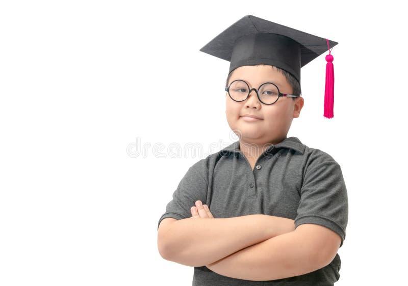 Intelligenter Student, der den graduierten Hut lokalisiert trägt stockbild