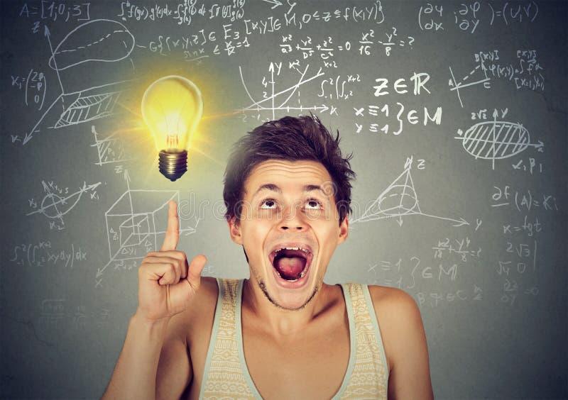 Intelligenter Student, der großartige Idee hat stockfoto