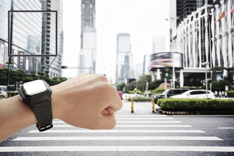 Intelligenter Uhr- und Stadthintergrund lizenzfreie stockfotografie