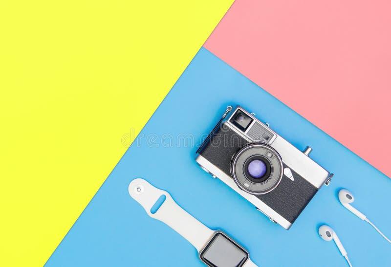 Intelligenter Uhrkopfhörer der Kamera auf blauem und gelbem Rosa stockfotos