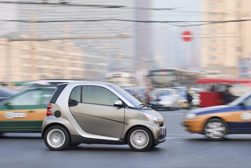 Intelligentes Auto im beschäftigten Verkehr im Stadtzentrum gelegen, Peking, China stockfotos