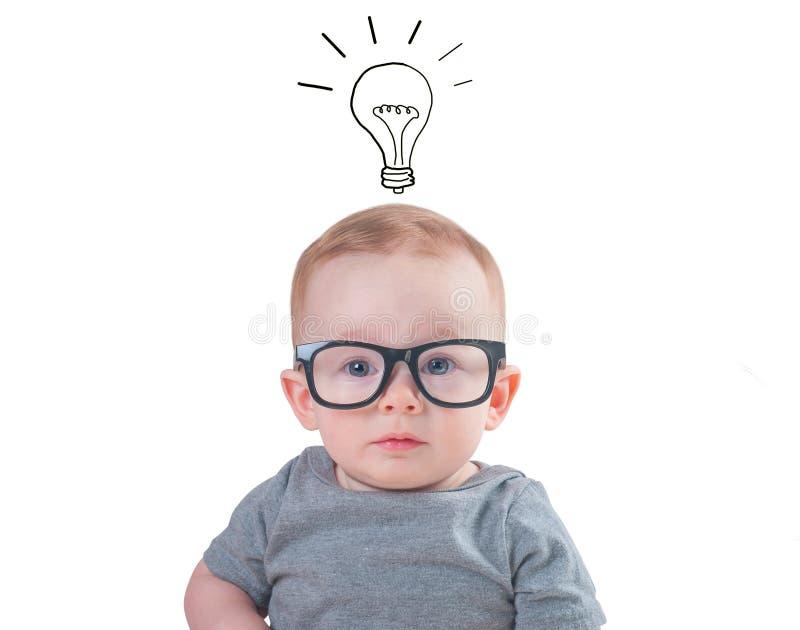 Intelligentes Baby mit Gläsern stockfotografie