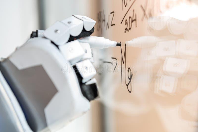 Intelligentes droid, das Anmerkungen auf transparenter Wand macht lizenzfreie stockfotos