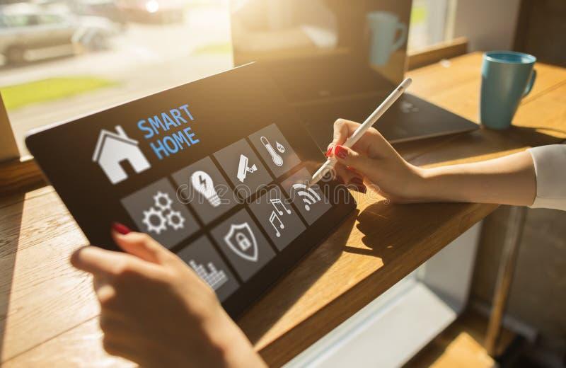 Intelligentes Hauptkonzept, Bedienfeld-Software auf Gerätschirm stockfoto