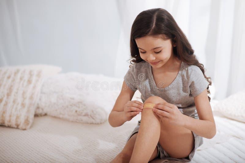 Download Intelligentes Kind, Das Zu Hause Klebenden Verband Auf Knie Anwendet Stockbild - Bild von erzeugung, kaukasisch: 90236771