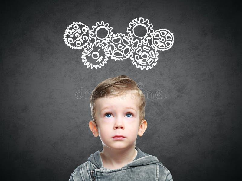 Intelligentes Kind denkt an das Betrachten von Gängen stockbilder
