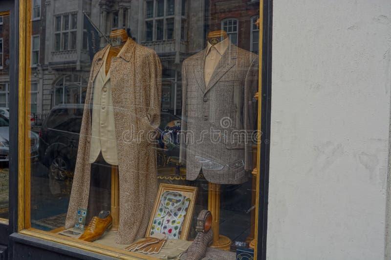 Intelligentes Kleidungs-Boutiquenfenster der Klagen in Mode stockfotografie