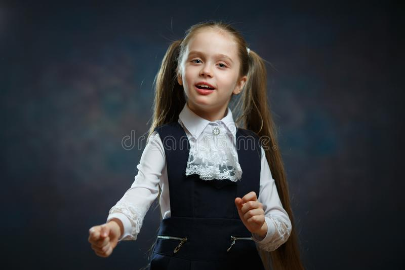 Intelligentes Schulmädchen im einheitlichen Nahaufnahme-Porträt stockfotos