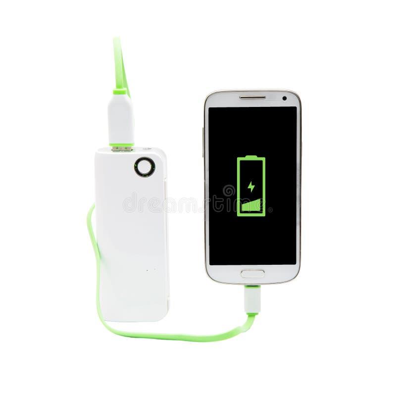 Intelligentes Telefon, das mit Energiebank auflädt stockfotografie