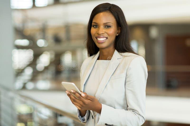 Intelligentes Telefon der schwarzen Geschäftsfrau lizenzfreie stockfotografie