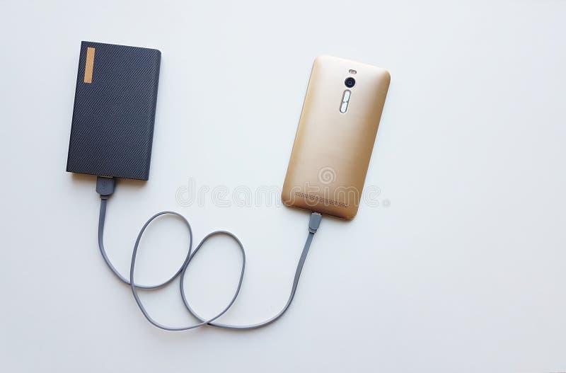 Intelligentes Telefon lädt mit Energiebank auf lizenzfreie stockbilder