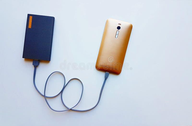 Intelligentes Telefon lädt mit Energiebank auf stockbild