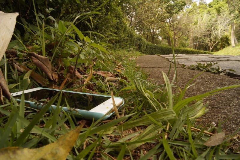 Intelligentes Telefon längsseits verloren von einer Straße lizenzfreies stockfoto