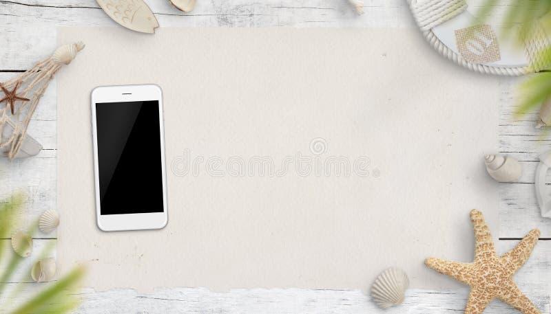 Intelligentes Telefon umgeben durch Sommerferien- und -seesachen auf Holztisch Lokalisierter Schirm f?r Modell lizenzfreies stockbild