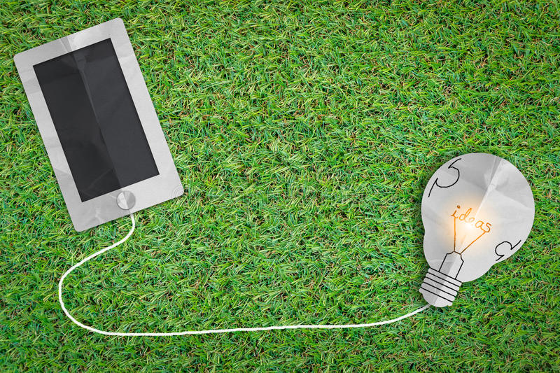 Intelligentes Telefon und Glühlampe kritzeln auf altem grünem freshy Gras busi stockfotografie