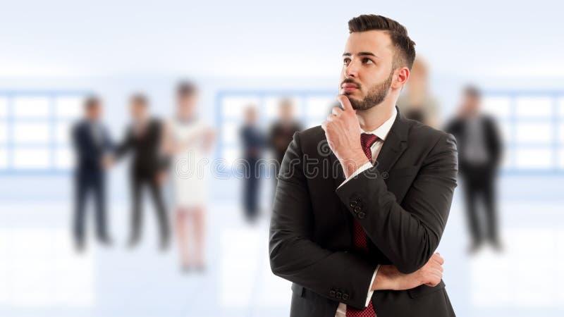 Intelligentes und junges Geschäftsmanndenken lizenzfreie stockfotos
