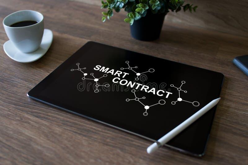 Intelligentes Vertrag blockchain basierte Technologiekonzept auf Schirm Cryptocurrency, Bitcoin und ethereum lizenzfreie stockfotos