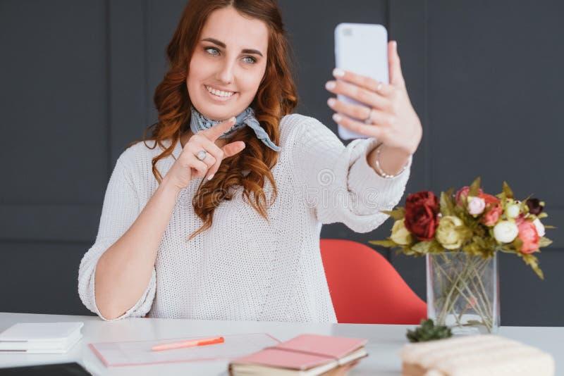 Intelligentes weibliches selfie Sozial-influencer Gesch?ft lizenzfreie stockfotografie