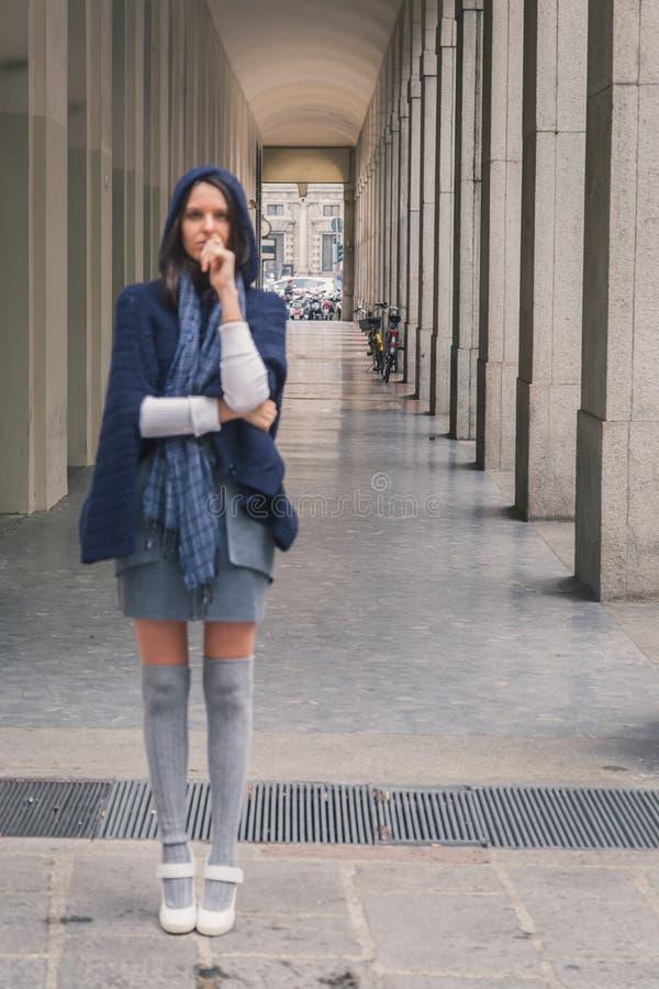 Intencionalmente fora de foco disparou de uma menina bonita que levanta nas ruas da cidade fotografia de stock royalty free