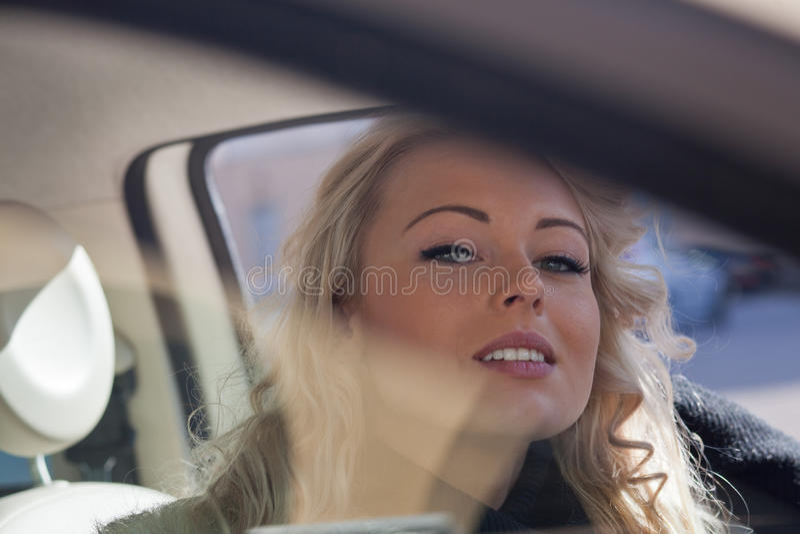 Intens kijk van een mooie blondevrouw royalty-vrije stock foto's