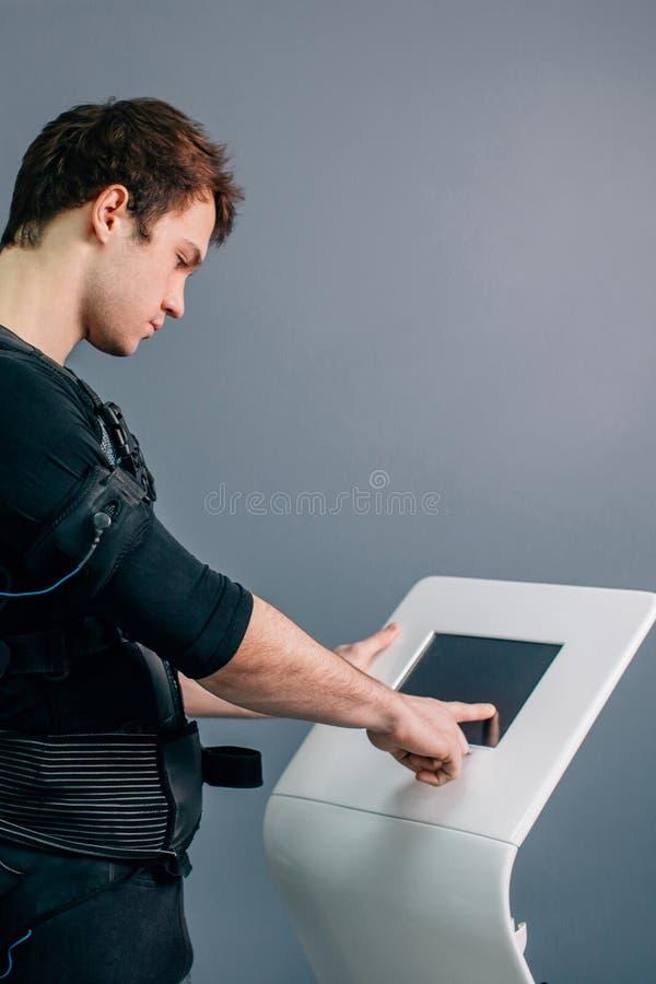 Intensidad de regulación del atleta de la electro máquina muscular del estímulo del ccsme imagen de archivo