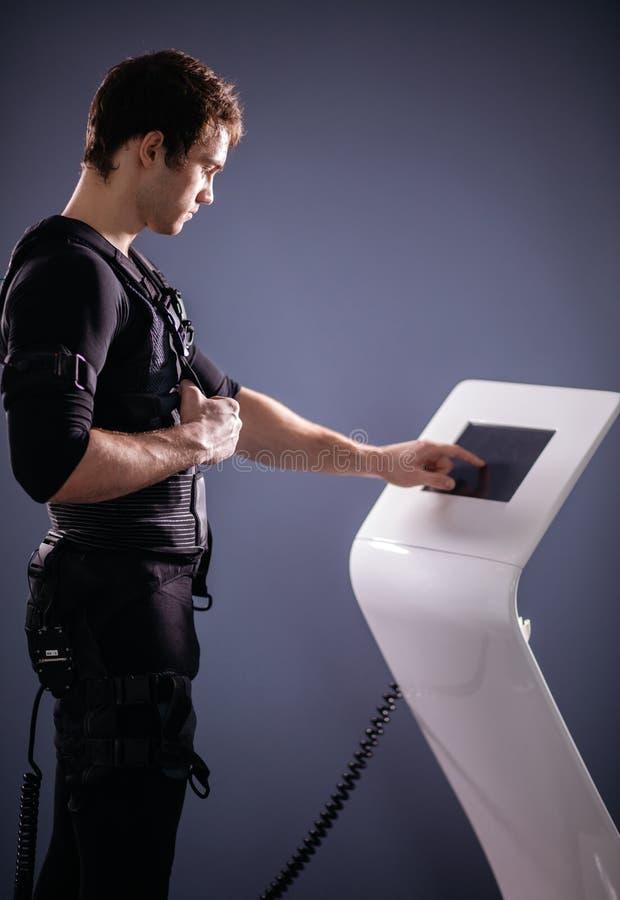 Intensidad de regulación del atleta de la electro máquina muscular del estímulo del ccsme fotos de archivo libres de regalías