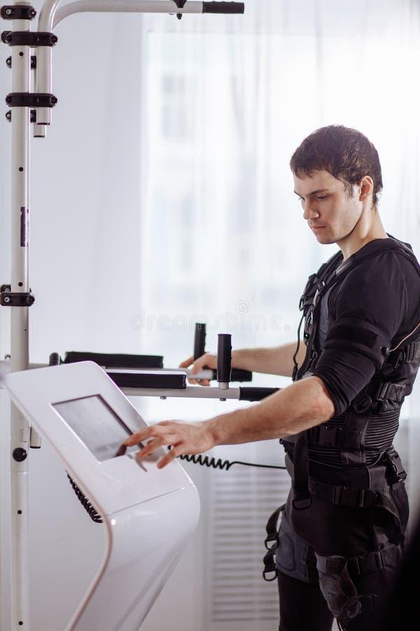 Intensidad de regulación del atleta de la electro máquina muscular del estímulo del ccsme imagen de archivo libre de regalías