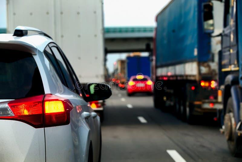 Intensità di traffico intensa dei camion e delle automobili su una strada principale immagine stock