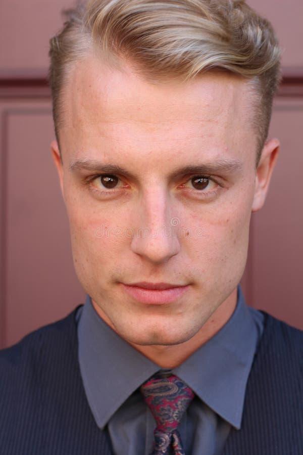 Intensiv mörk stående av en stilig man med läskiga ögon fotografering för bildbyråer