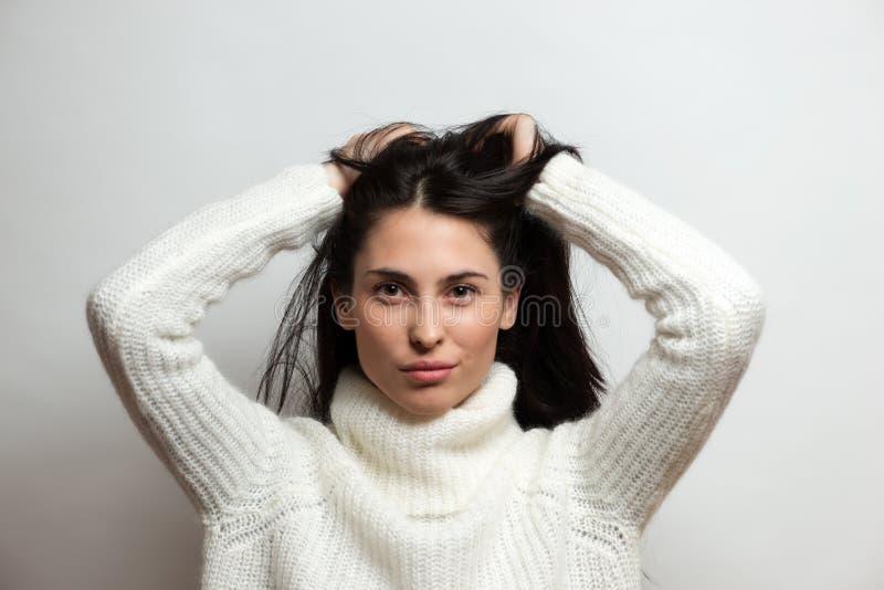 Intensiver Abschluss der schönen Brunettefrau herauf Porträt auf weißem Hintergrund lizenzfreie stockbilder